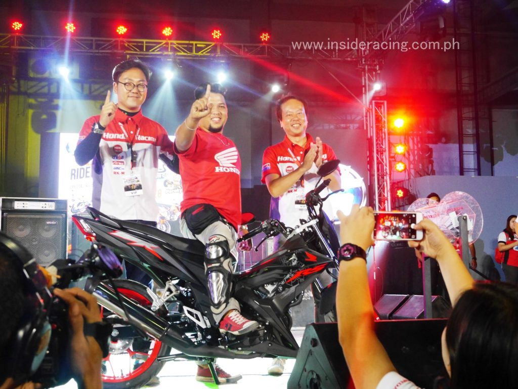 Winner of the Honda RS150R raffled at the event with Honda Philippines' President Mr. Daiki Mihara and Honda Philippines' Assistant Vice President for Customer Service Operations Mr. Tomoaki Watanabe